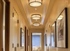 Варианты отделки потолков в узких коридорах