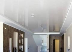 Особенности и использование в интерьере белых глянцевых натяжных потолков