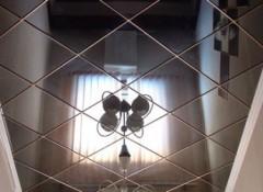 Использование в оформлении коридора зеркального потолка