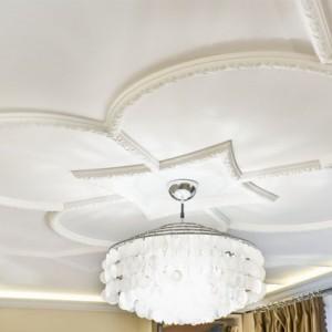 Использование молдингов для декорирования потолка