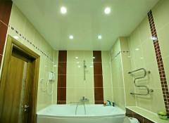 Особенности и преимущества навесных потолков для ванной