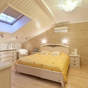 Как в интерьере оформить скошенный потолок?
