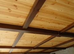 Как облагородить старый или сделать новый деревянный потолок на даче?