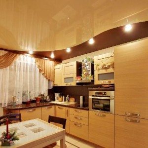 Преимущества и применение цветных глянцевых натяжных потолков