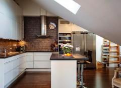 Кухня со скошенным потолком — особенности оформления