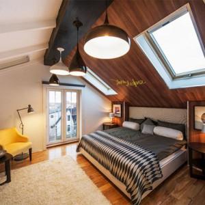 Какие выбрать люстры и светильники для скошенных потолков?