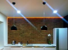 Плюсы и минусы применения натяжных потолков в коттедже
