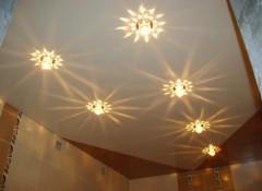 Ванная комната с натяжным потолком — как организовать освещение?