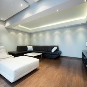 Основные нюансы освещения в зале с натяжным потолком