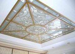 Варианты применения в спальне стеклянного потолка