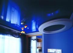 Особенности применения темно-синих натяжных потолков