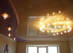 Комната с натяжным потолком — варианты освещения