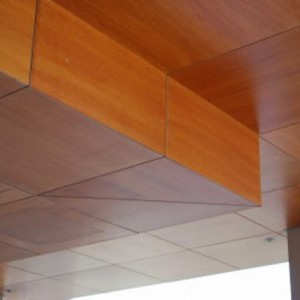 Что собой представляют шпонированные деревянные потолки