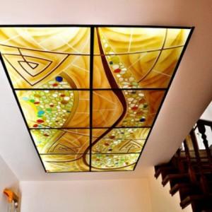 Плюсы, минусы и варианты элитных потолков из стекла