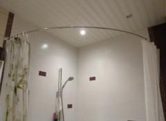 Особенности применения полукруглых карнизов для шторы в ванной