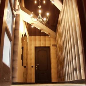 Особенности применения шоколадных потолков в коридоре