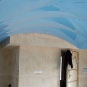Особенности и преимущества арочных натяжных потолков