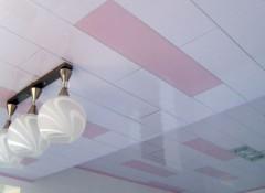 Преимущества и недостатки применения пластиковых потолков в загородном доме