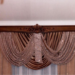 Особенности и преимущества деревянных багетных карнизов для штор