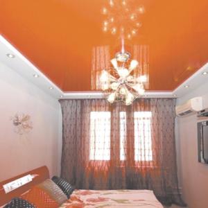 Особенности и правила использования оранжевых натяжных потолков