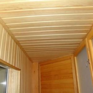 Преимущества и особенности использования потолков из реек на балконе