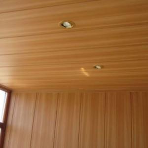Подвесной потолок под дерево из пластиковых панелей