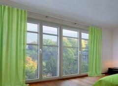 Особенности, плюсы и минусы потолочных алюминиевых карнизов для штор