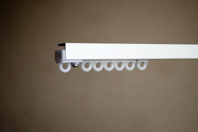 Карнизы для штор потолочные алюминиевые - особенности, плюсы и минусы