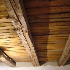 Как на деревянный потолок крепить общивку