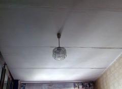 Трещина на потолке между плитами — как ее заделать?