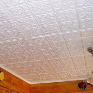 Можно ли клеить на обои потолочную плитку?