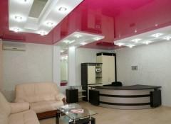 Преимущества и варианты применения натяжных потолков в офисе