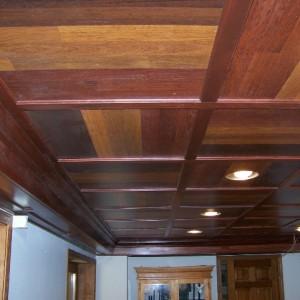 Плюсы и минусы потолка из ламината в прихожей