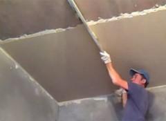 Выполнение оштукатуривания потолка по маякам