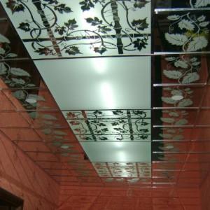 Особенности, плюсы и минусы применения стеклянных потолоков в коридоре