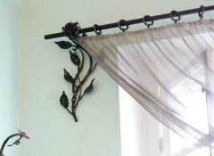 Варианты применения в интерьере металлических карнизов для штор