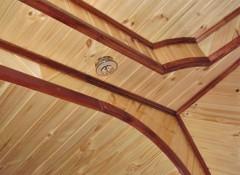 Особенности многоярусных потолоков из вагонки и варианты композиций