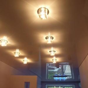 Особенности и преимущества натяжных потолков со встроенными светильниками