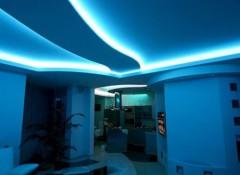Особенности, плюсы и минусы подвесных потолков с неоновой подсветкой