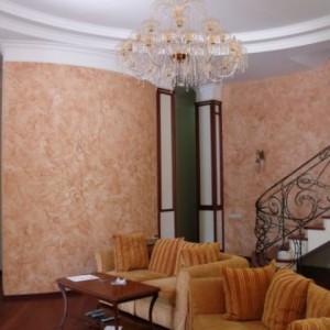 Использование в интерьере гостиной венецианской штукатурки