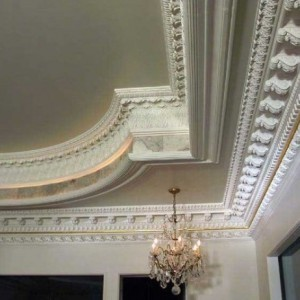 Особенности, преимущества и недостатки гипсовых плинтусов на потолок