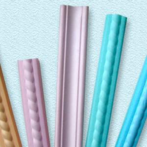 Использование в интерьере цветного потолочного плинтуса