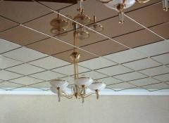 Что собой представляет зеркальный пластик на потолок?