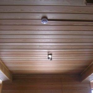 Как выполняется обшивка потолка имитацией бруса?