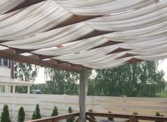 Использование ткани для оформления потолка в беседке