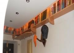Полки для книг под потолком — варианты и важные моменты