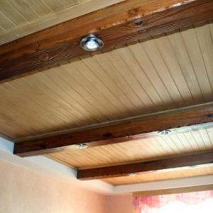 Особенности создания потолка из бруса в квартире