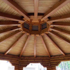 Потолок в беседке из дерева — преимущества и недостатки