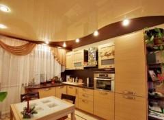 Потолок на кухне — как его красиво оформить?