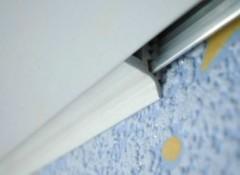 Особенности и порядок установки заглушки для натяжного потолка